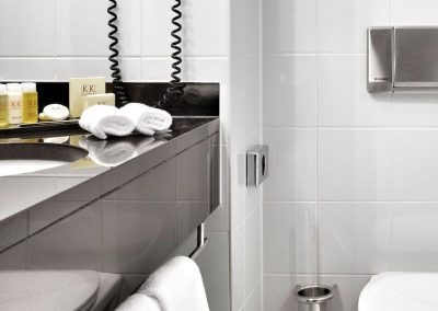K+K Hotel George Kensington, London Classic Executive Twin Bathroom